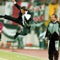 Louis van Gaal și saltul kung-fu care a făcut înconjurul lumii în 1995. Adrian Porumboiu era lângă el. Uluit