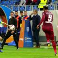 Bancu face henț, dar Marius Avram lasă jocul să continue. Pe margine, nervii lui Dan Petrescu nu pot fi stăviliți // Captură TV Telekom Sport