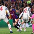 Hențul lui Matip a rămas fără urmări, arbitrul a lăsat jocul să continue // FOTO: Reuters