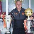 Dan Petrescu și cele două trofee de campion câștigate cu CFR