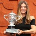Simona Halep cu trofeul câștigat anul trecut la Roland Garros // Foto: Guliver/GettyImages
