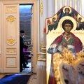 Preotul care a tămâiat încăperea nu plecase încă de la Palat atunci când a început conferința