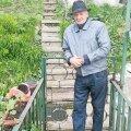 În curtea propriei case din orașul de la poalele Tâmpei, Pașcu își amintește despre momentele tumultuoase ale carierei sale