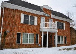 VIDEO » Un american și-a construit o locuință inedită: Din față casă, din spate deal
