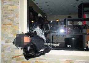 Poza anului » Un hoţ a rămas suspendat în geamul pe unde voia să scape