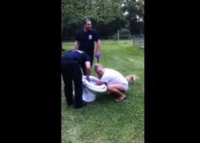 VIDEO Acestea sunt imaginile zilei. Poliţia a intervenit să o scoată din toaletă!