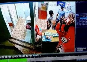 VIDEO A mers la toaletă şi a refuzat să-i plătească unui copil care încasa taxa. Ce a urmat întrece imaginaţia!