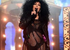 FOTO & VIDEO Cher, aproape dezbrăcată pe scenă, la 71 de ani
