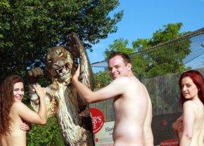 FOTO INTERZIS MINORILOR Ce nu s-a mai văzut la ZOO: au grijă de animale complet dezbrăcați!