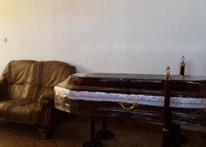 De necrezut! A furat hainele unui bărbat mort care era depus într-o capelă!