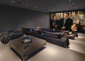 VIDEO Imagini ireale din noua vilă a lui Floyd Mayweather! Se uită la meciuri într-un supercinema de 50 de locuri cu un TV gigant
