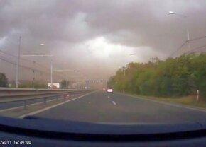 VIDEO Dramatic » Momentul când poarta de la intrarea în Timișoara s-a prăbușit pe mașina tânărului medic al Ripensiei. Imagini cu puternic impact emoțional!