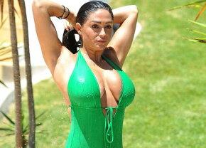 Wow, sânii nu îi mai încap în haine! Uite cât de bine arată această divă!