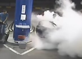 VIDEO Și-a aprins o țigară într-o benzinărie și a primit imediat o lecție de viață