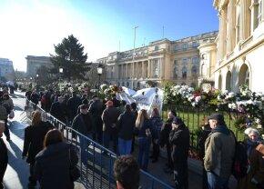 Mii de oameni așteaptă câte 6 ore ca să-și salute Regele, coada șerpuiește până spre parcarea Sălii Palatului!