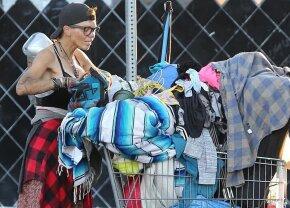 FOTO Destin tragic: a fost fotomodel și vedetă la Hollywood, acum trăiește pe străzi și caută în gunoaie!