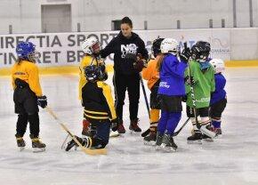 Fetele cu crosa și pucul» Corona Brașov are echipă de hochei formată din fete care au între 4 și 12 ani