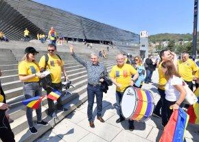 FRANȚA - ROMÂNIA, FED CUP // FOTO + VIDEO Imagini filmate cu o oră înainte de meci: Emil Boc, șef de galerie + scenografia pregătită de cei 1800 de români