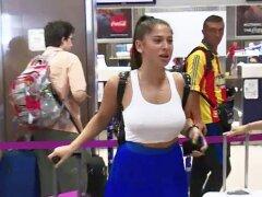 GALERIE FOTO Iubita lui Florinel Coman, superhot pe aeroport! Cum s-a îmbrăcat la plecarea spre Italia