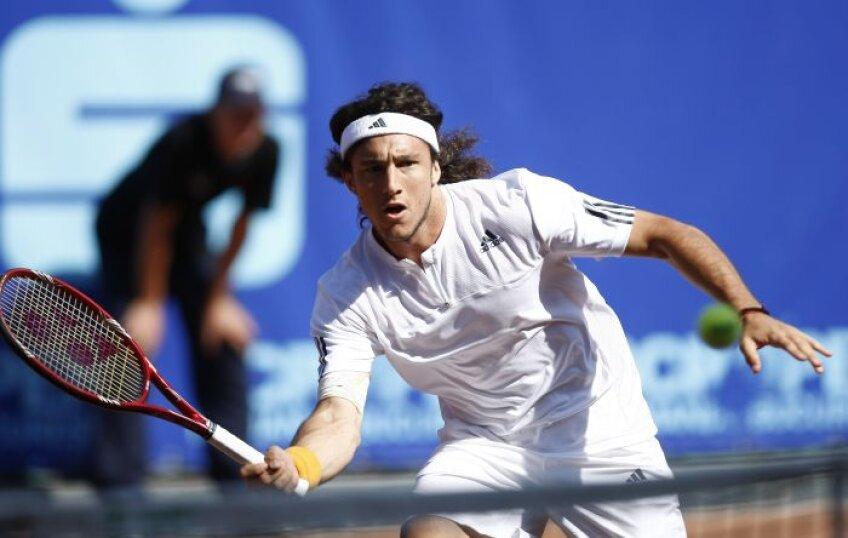 Juan Monaco, clasat pe locul 30 ATP, se află la egalitate cu Hănescu în ceea ce priveste întîlnirile directe, scor 1-1.