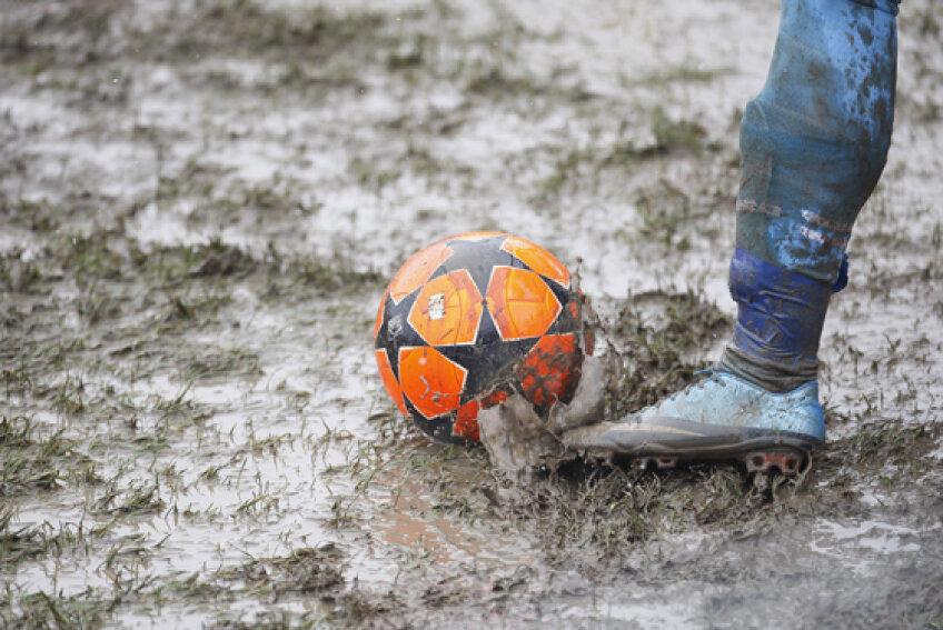 Starea terenurilor pe care debutează meciurile din returul Ligii 1 este afectată grav de condiţiile meteo