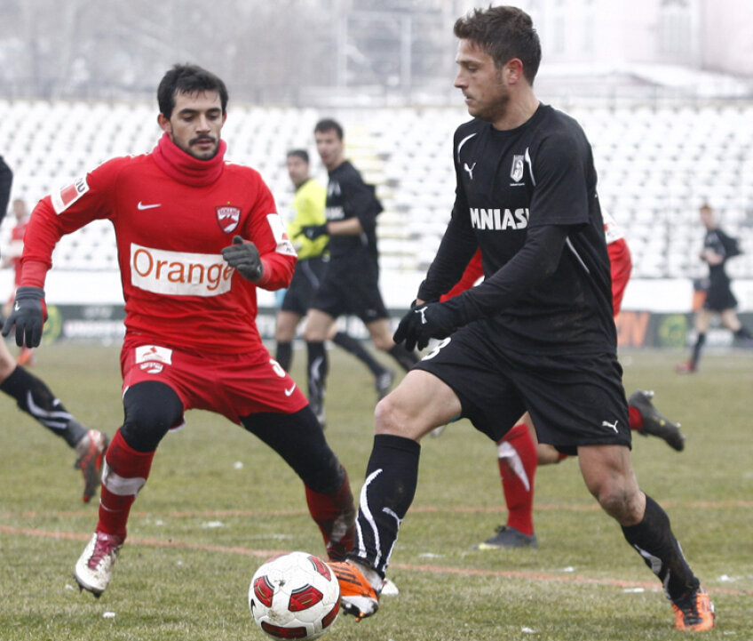 Tibi Bălan în duel cu Oscar Rubio (stanga)