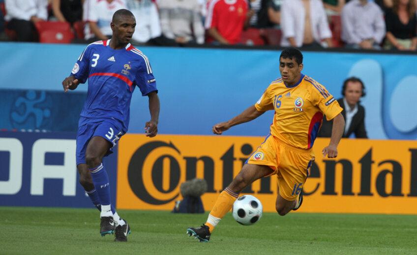Bănel Nicoliţă, în meciul cu Franţa de la Euro 2008, în duel cu barcelonezul Abidal