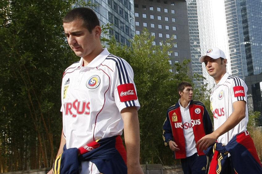 De 1 iunie, jucătorii naţionalei lasă fotbalul pentru a face bucurii copiiilor orfani.