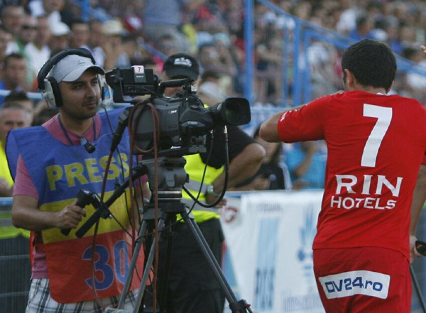 Cătălin Munteanu sărbătoreşte un gol în faţa camerelor. De la anul, e posibil să vedem reuşitele din Liga 1 pe Sportklub
