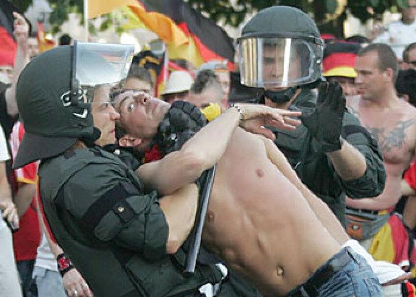 Poliţia a intervenit în forţă pentru a-i potoli pe huligani