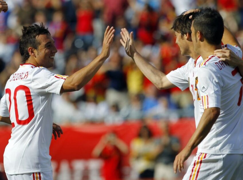 Santi Cazorla, sărbătorind una din reuşite alături de Silva şi Villa