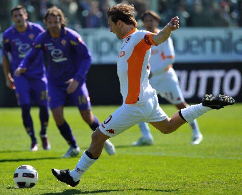 Totti marchează într-unul din meciurile suspecte, cu Fiorentina lui Mutu f MediafaxFoto