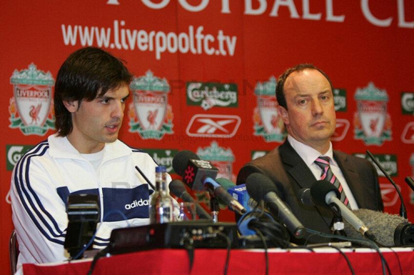 Fernando Morientes, alături de Rafa Benitez într-o conferinţă de presă la Liverpool