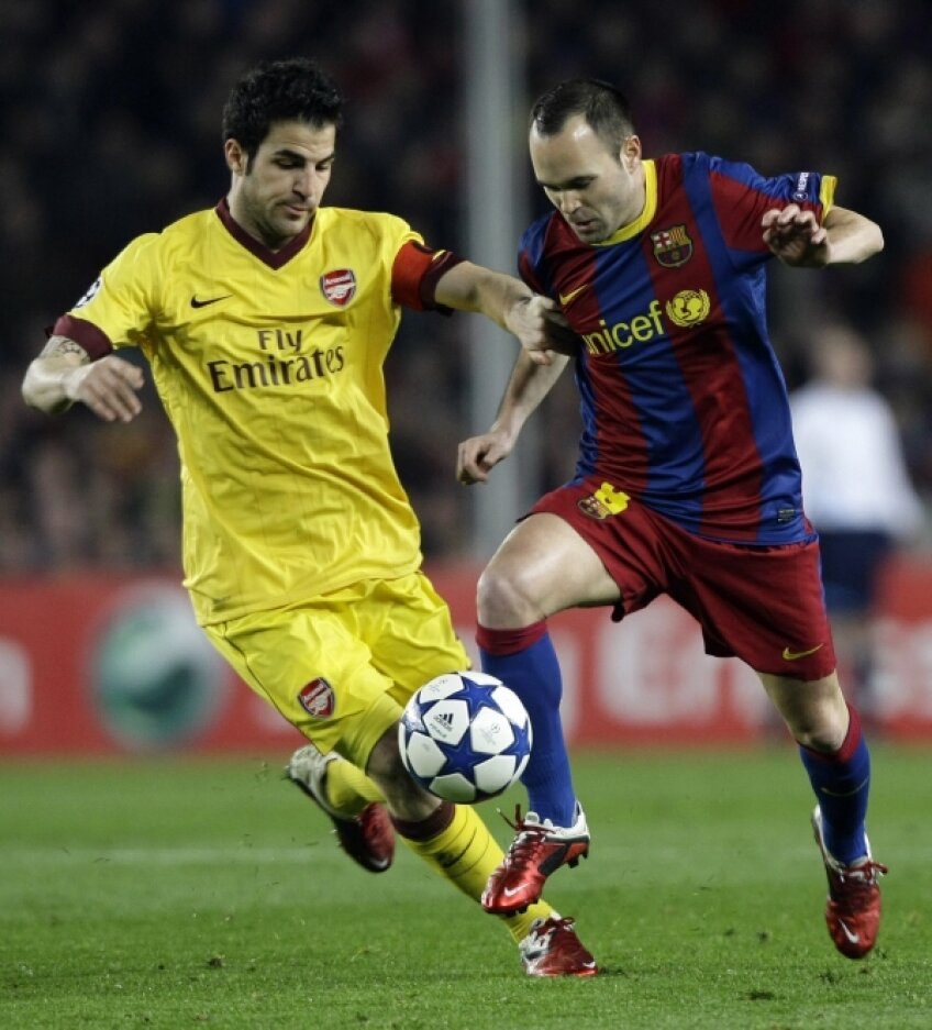 Crescut de Barca, Cesc (stînga, în duel cu Iniesta) a trecut la Arsenal în 2003