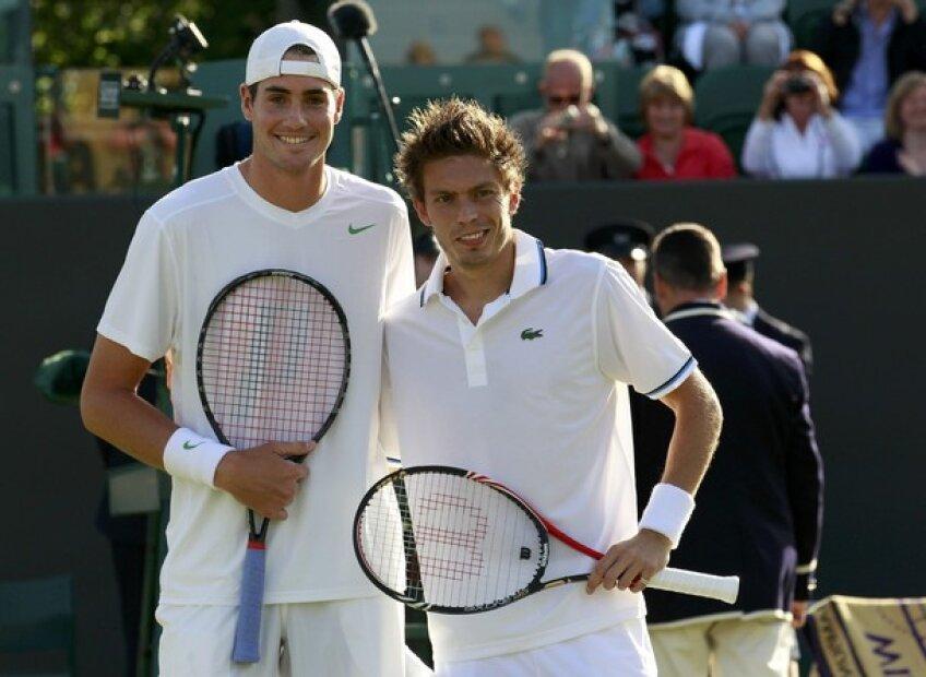 John Isner (stînga) şi Nicolas Mahut