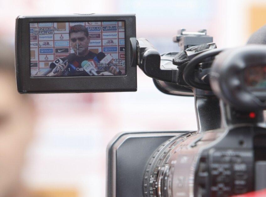 Ca jucător, Ciobotariu a luat eventul cu Dinamo în 2000. Ca antrenor, are 30 de meciuri de Liga 1, la cîrma formaţiilor FC Naţional, CS Otopeni şi Pandurii
