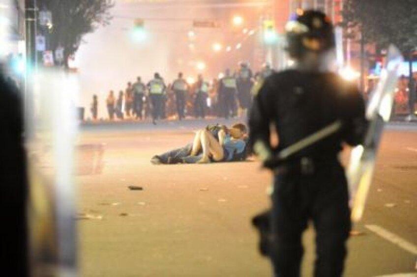 Cei doi tineri, suprinşi în mijlocul intervenţiei în forţă a poliţiştilor.