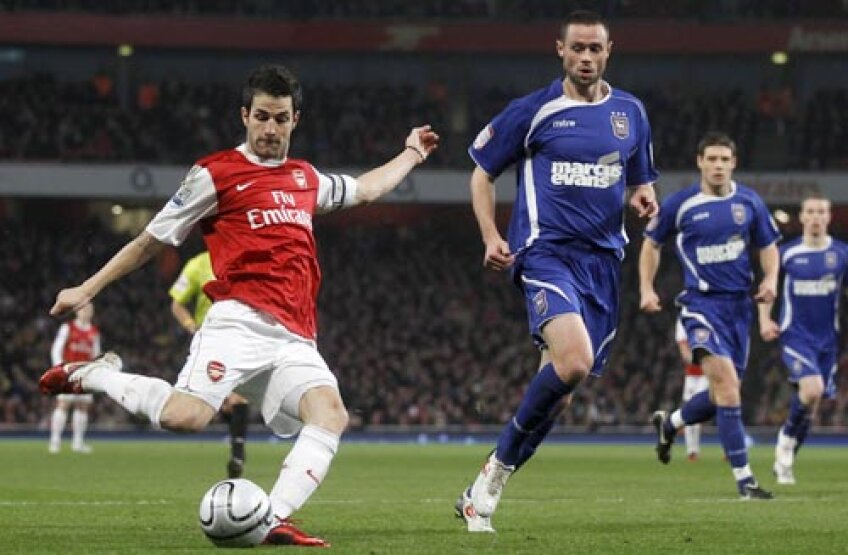 Cesc (stînga) a ajuns la Arsenal de la Barca în 2003 pentru 3,2 milioane de euro