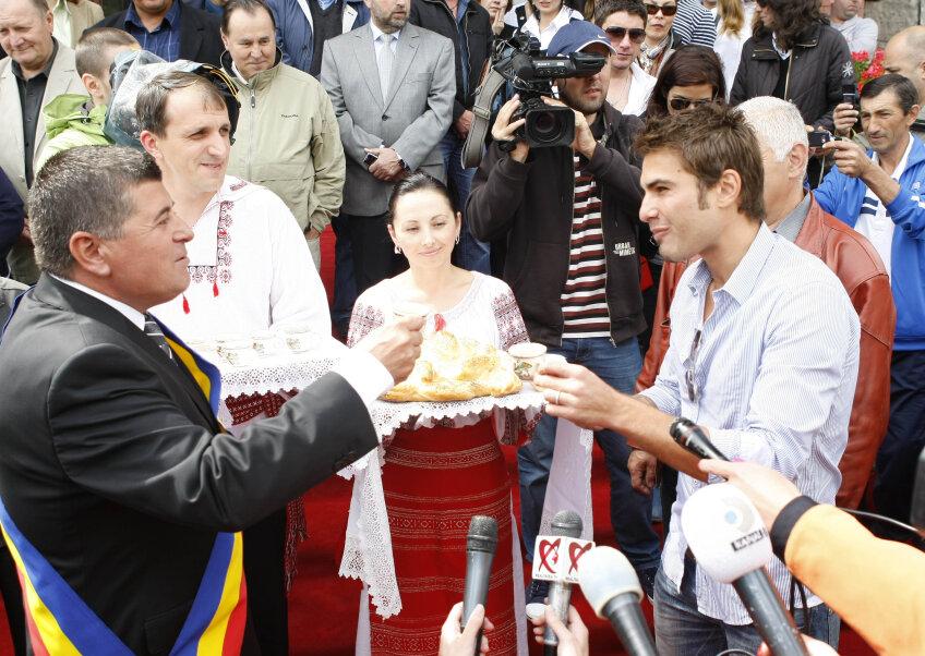 Adrian Mutu şi primarul Emanoil Savin (stînga), în momentul decernării documentelor