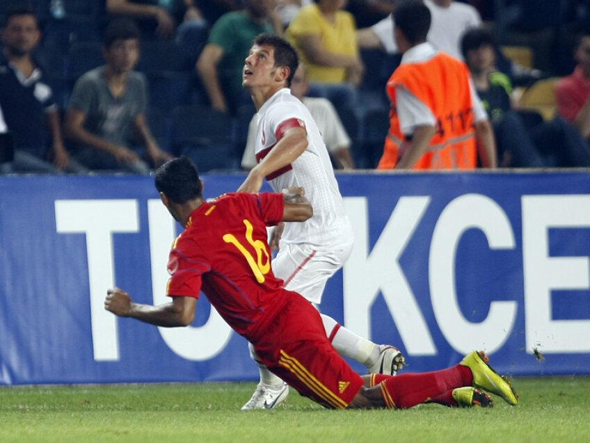 Emre Belozoglu în duel cu Bănel Nicoliţă în timpul amicalului din 11 august 2010. Pentru stelist a fost ultima prezenţă în tricoul echipei naţionale