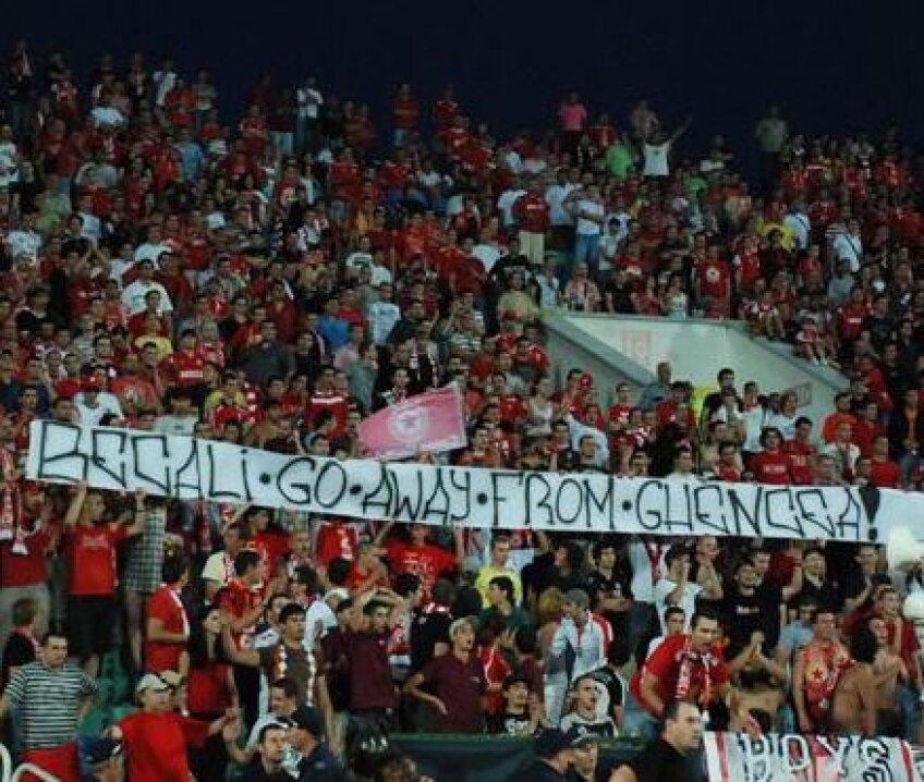 Galeria lui ŢSKA este înfrăţită cu cea a Stelei, dovadă acest mesaj afişat la un meci din campionatul Bulgariei