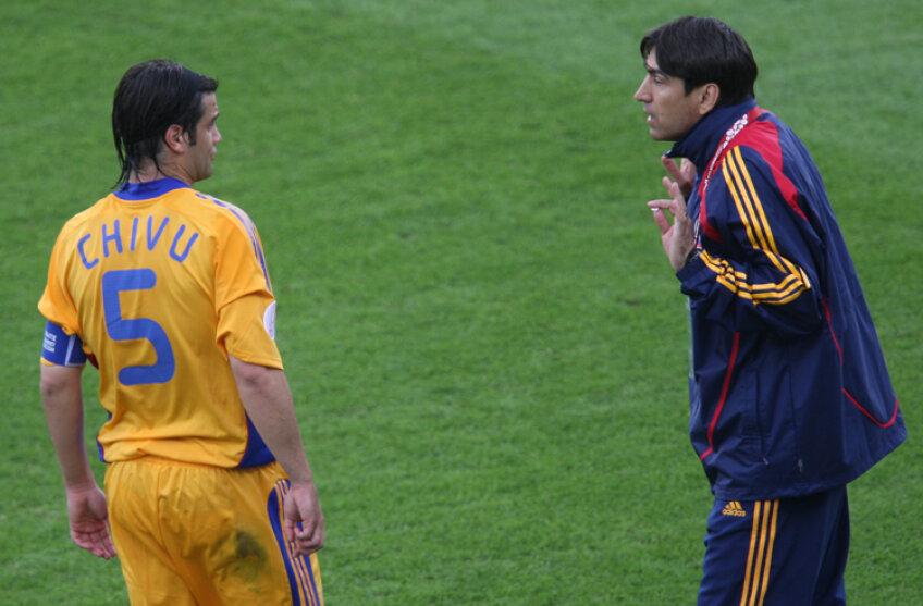 Cristi Chivu în dialog cu Victor Piţurcă, în timpul jocului cu Italia de la EURO 2008