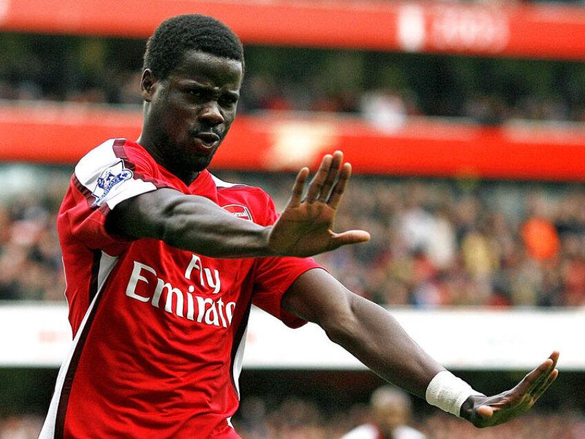 Emmanuel Eboue joacă la Arsenal din 2005