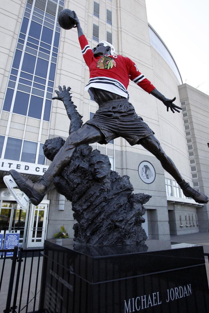 Michael Jordan cel sculptat a fost îmbrăcat în echipament de hochei, cînd Chicago Blackhawks au cîştigat titlul