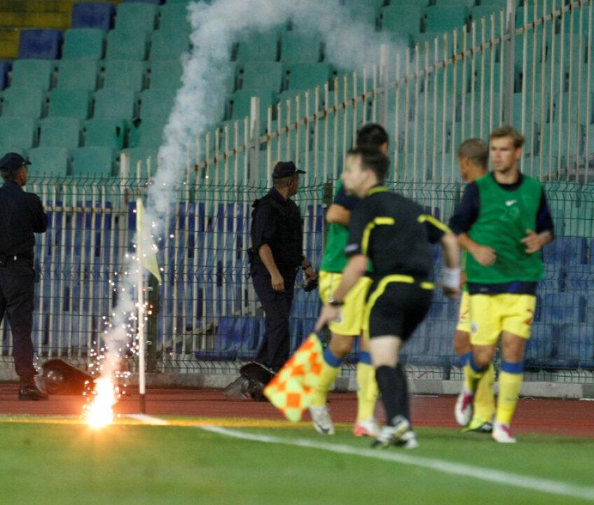 Jocul de la Sofia a fost întrerupt din cauza torţelor aruncate în teren