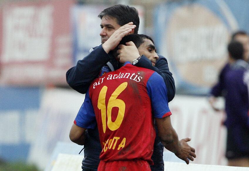 Marius Lăcătuş îmbrăţişîndu-l pe Bănel Nicoliţă la un meci cu Gloria Bistriţa din 2008