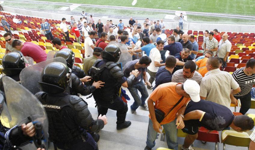 """""""Scandalagii"""" de ocazie s-au străduit să regizeze o bătaie în toată regula cu Jandarmeria"""