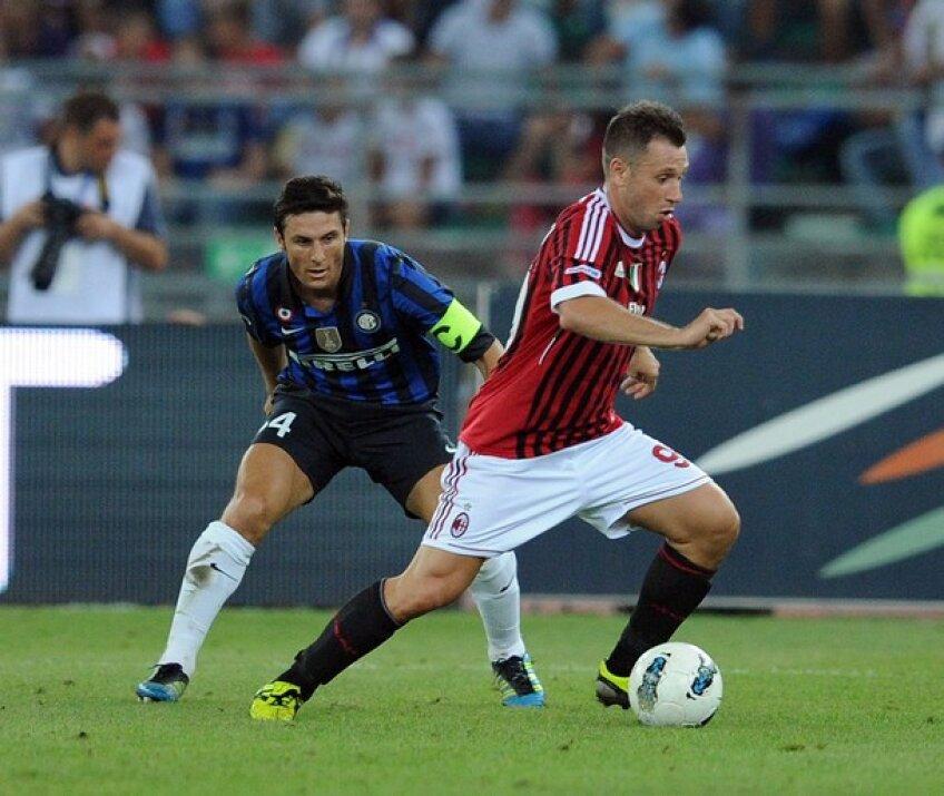 Antonio Cassano (în roșu), în duel cu Javier Zanetti, în derby-ul orașului Milan