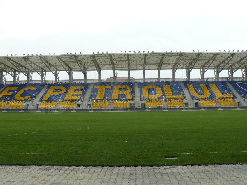 Scaunele de la tribuna a doua au fost montate de aşa natură încît să apară înscris numele clubului şi conturul unui trofeu