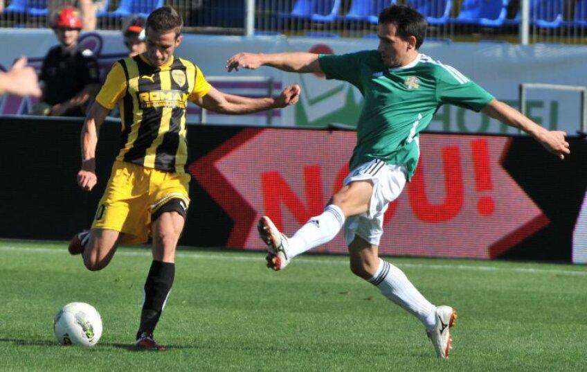 Alexandru Chipciu (stînga, în duel cu J. Milanov) ar putea rata meciul cu Rapid din cauza accidentării